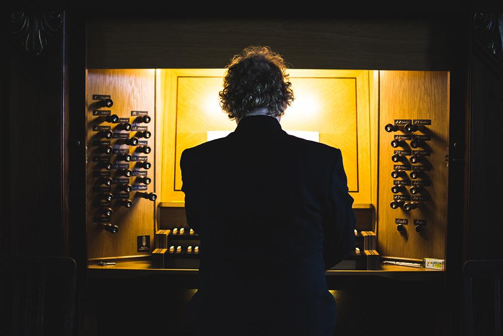 Denny Wilke an der Pesterwitzer Wünning Orgel